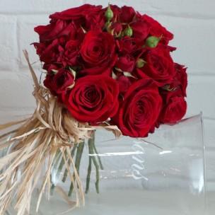 Rosas rojas con aire de campo